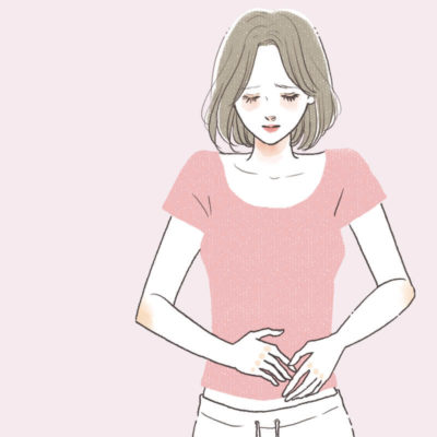 生理前にお腹が張る女性