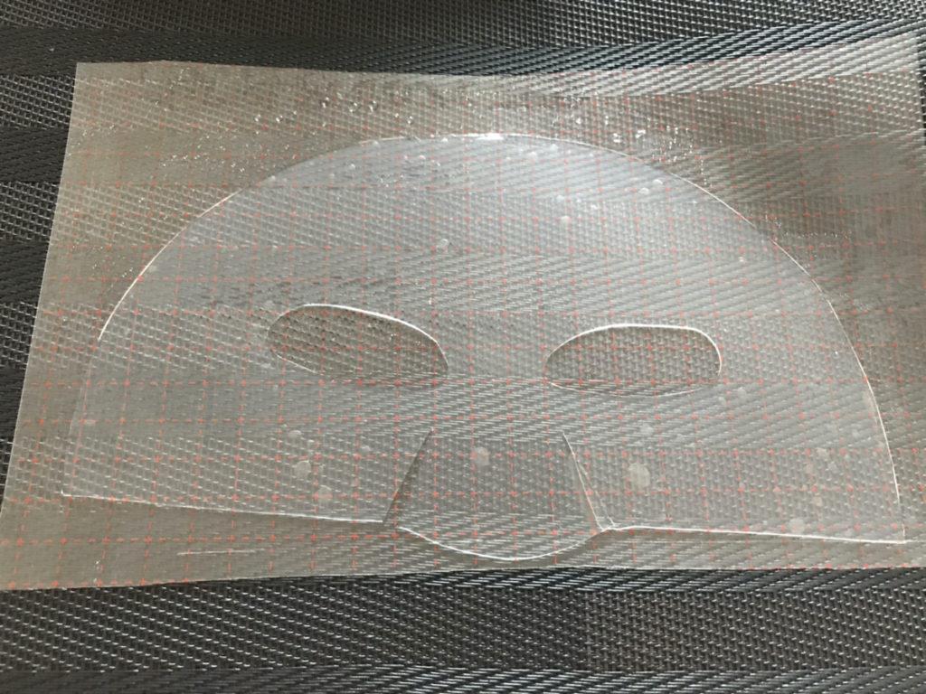 ピンピンアイズで作った顔の上半分シートです。結構重い。