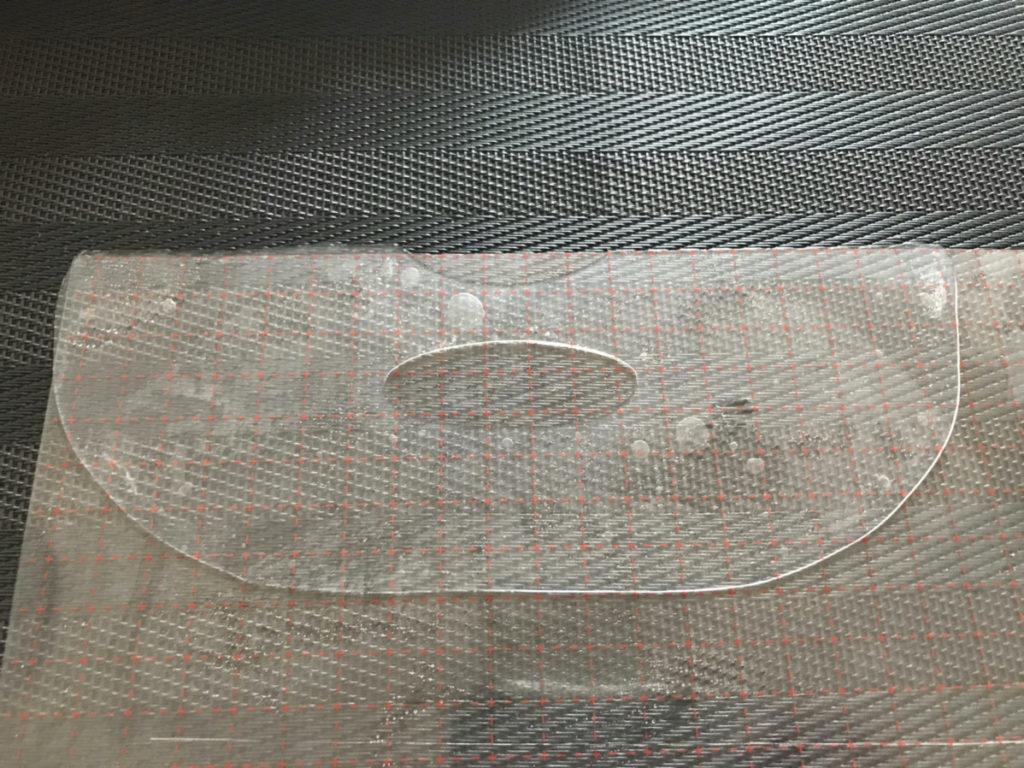ピンピンアイズで作った顔の下半分シートです。シート全体が美容液のため、結構厚いです。